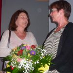 Petra Hüttig gratuliert Kordula Geitel im Namen aller Gruppenmitglieder!