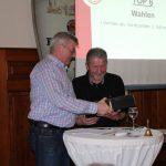 Heinz Schäfer wird vom 1. Vorsitzenden Hermann Nutt mit einem Präsent verabschiedet.